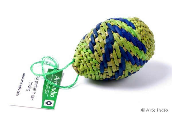 Ei aus Binsen. grün, blau, grün